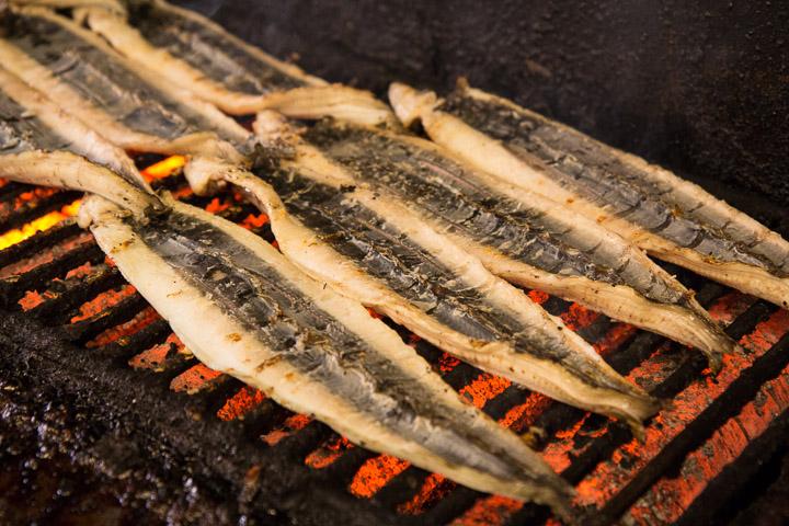 Les anguilles sur le grill, peau incisée © Camille Oger