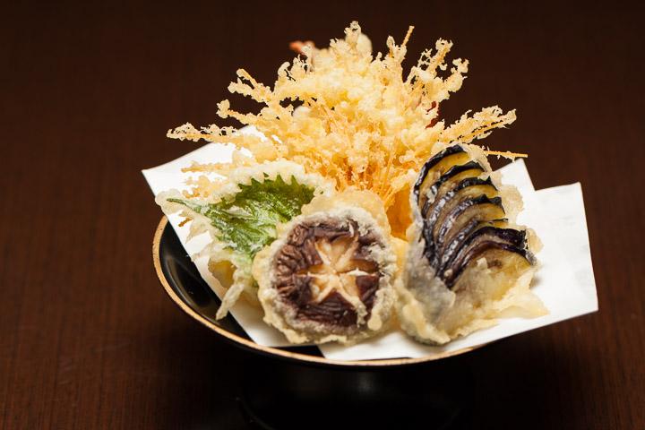 Tempura typique, shiso, shiitake, aubergine, nouilles et patate douce japonaise © Quentin Gaudillière
