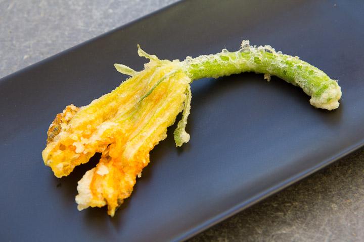Fleur femelle avec bébé courgette en tempura ©Camille Oger