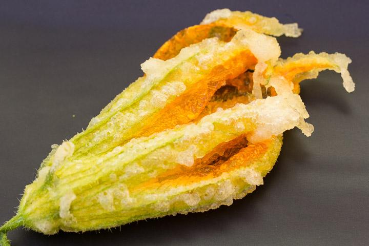 Fleur de courgette ronde en tempura, plus pointue et crochue © Camille Oger