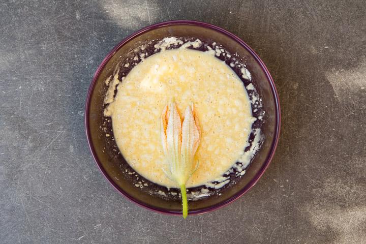 Fleur de courgette dans une pâte à tempura à l'oeuf © Camille Oger
