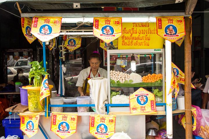 Stand servant des soupes de nouilles au poisson avec drapeaux trompeurs © Camille Oger