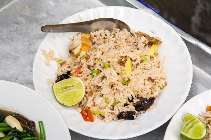 Khao phat je, riz sauté végétarien © Camille Oger