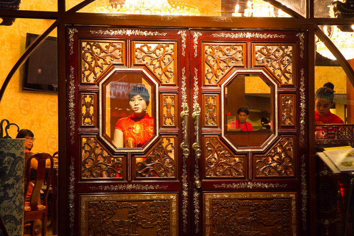 Serveuse chinoise qui regarde le festival végétarien de loin - la cliente aussi © Camille Oger