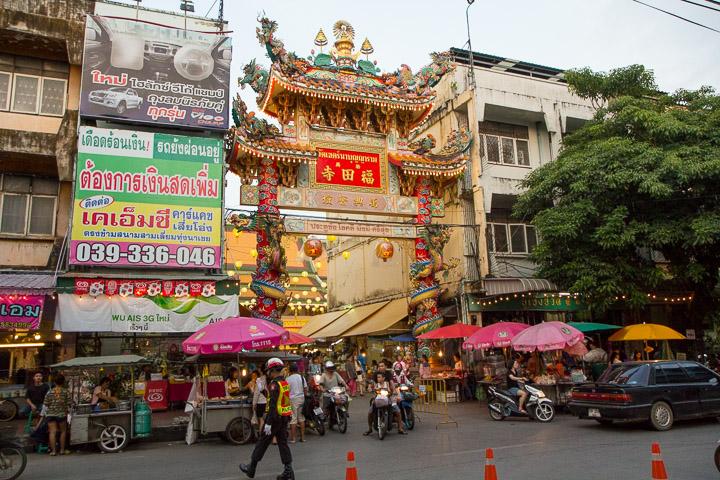 Stands de street food végétarienne autour d'un temple chinois © Camille Oger