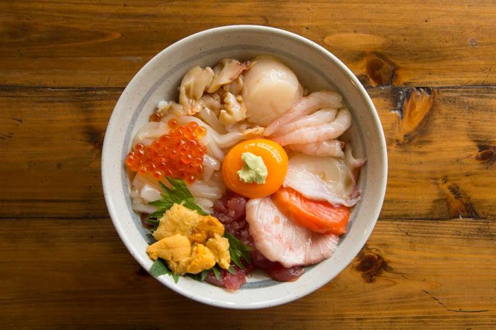 Sublime sashimi sur bol de riz © Camille Oger