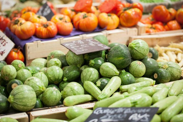 Courgettes rondes et courgettes grises au marché © Camille Oger