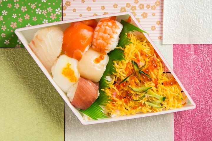 Temarizushi ou temari sushi et chirashizushi ou charishi sushi © Camille Oger