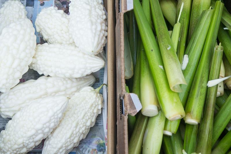 À droite, Zizania latifolia au marché à Taïwan © Camille Oger