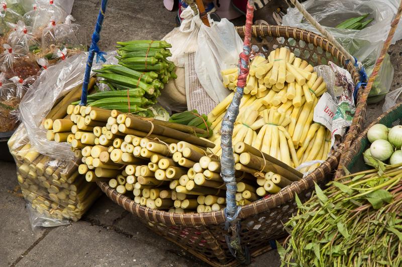 Pousses de bambou non préparées au premier plan, préparées en arrière-plan, Thaïlande © Camille Oger